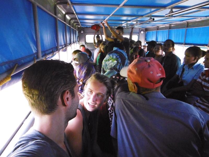 Achterin een vrachtwagen, het openbaar vervoer in Cuba - Where we go