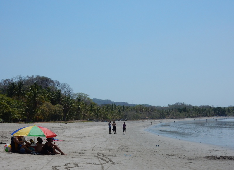 familie op strand samara